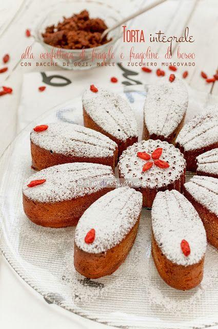 Torta integrale alla confettura di fragole e fragoline di bosco con bacche di goji, miele e zucchero muscovado