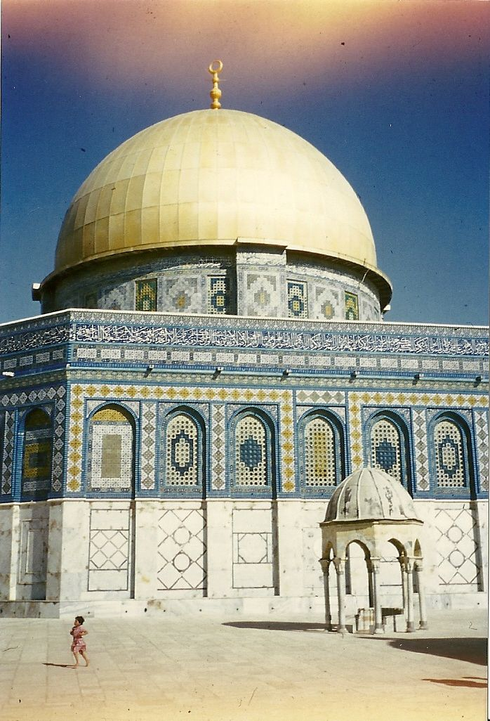 Dome of the Rock in Jeruzalem met rennend meisje