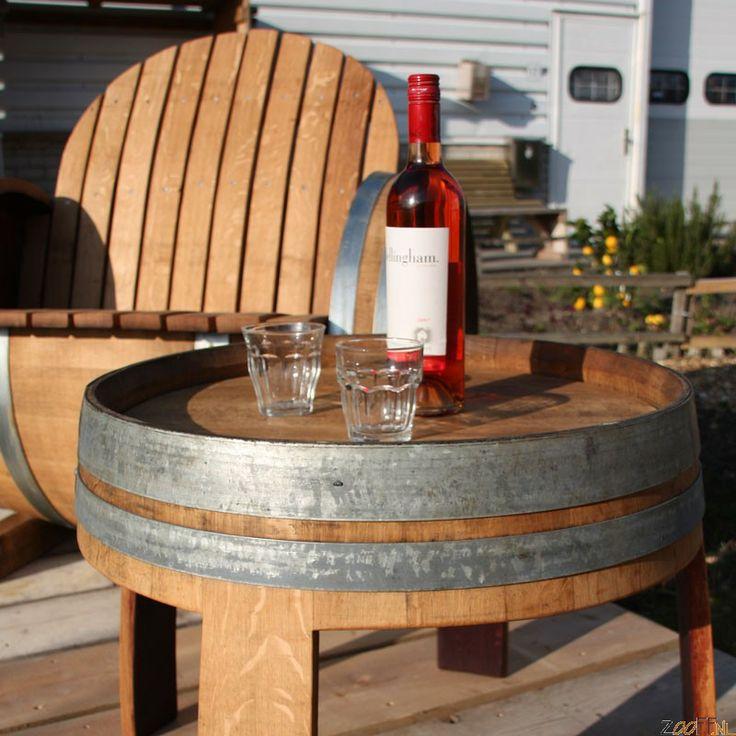 Wijnvat Tafel - Deze solide bijzettafel is gemaakt van een gebruikt wijnvat, hiermee haalt u de sfeer van de Franse wijngaarden rechtstreeks in huis. Ook in de tuin is deze tafel, vooral als set inclusief bijbehorende stoelen, een ware eyecatcher. Geheel in stijl een wijntje drinken met zijn tweetjes, het kan nu voor een betaalbare prijs met dit bijzettafeltje! U zult verbaasd staan over de sfeer en uitstraling, die bereikt is door gebruikte, geleefde vaten te gebruiken. Zelfs het rood van…