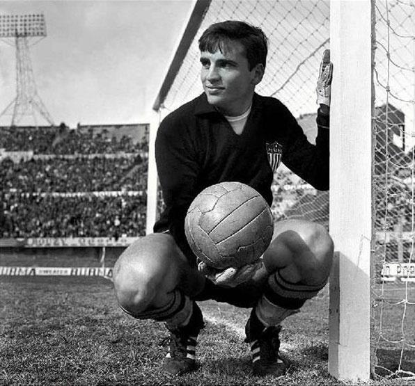 Ladislao Mazurkiewicz, considerado el mejor golero de la Copa del Mundo de México 1970, falleció el 2 de enero en Montevideo. Mazurkiewicz, es uno de los mejores porteros del fútbol uruguayo de todos los tiempos, fue entrenador de los guardametas del Peñarol. Mazurkiewicz ocupa el 12º puesto de la lista de mejores porteros del siglo según la IFFHS