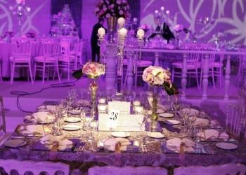 Çiçekli ve şamdanlı düğün dekorasyonları