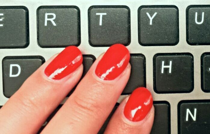 This is how you make your nailpolish last longer www.Kynzah.com  #essie #essielove #nails #mani #manicure