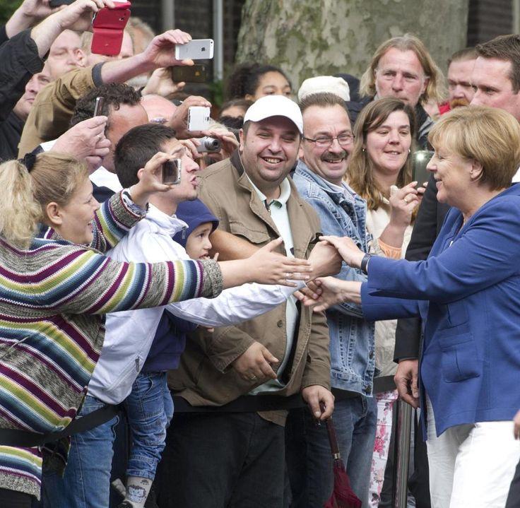"""Bundeskanzlerin Angela Merkel trifft in Duisburg-Marxloh ein und wird freundlich begrüßt. Merkel ist zu einem Bürgerdialog gekommen, der ausgerechnet """"Gut leben in Deutschland"""" heißt"""