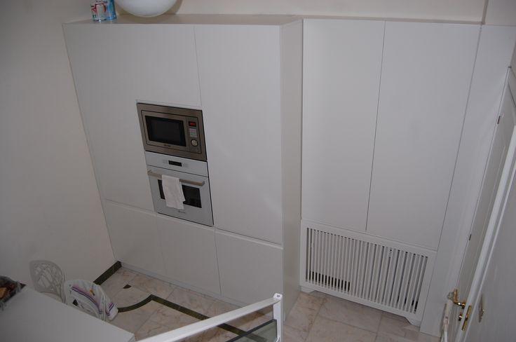 Radiator inside kitchen furniture. Copritermo integrato nel mobile cucina.