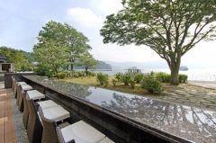 箱根の名所芦ノ湖のほとりにあるBakery & Table 箱根は平日でも行列ができるほど人気のレストラン&カフェ 1階のベーカリー2階のカフェ3階のレストランになっています ドリンクやスイーツをテイクアウトして足湯に浸かりながら芦ノ湖を眺める時間は最高ですよ( tags[神奈川県]
