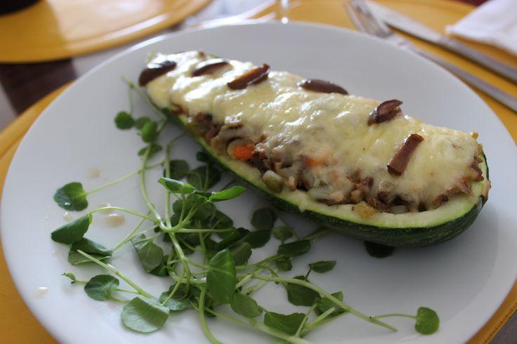 Zapallo italiano relleno con carne y verduras, quesos y al horno, berro para decorar