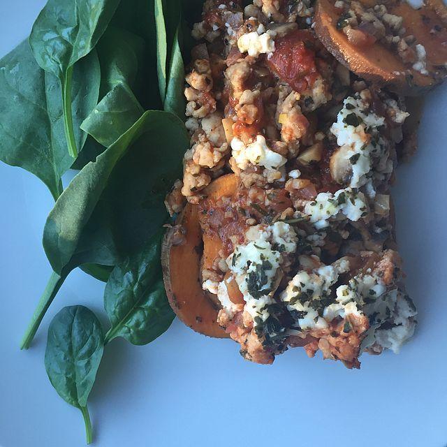 SWEET POTATO LASAGNA. | HANNA ÖBERG | Sötpotatis  • Kycklingfärs  • Keso  • Tomatsås  • Champinjoner  • Rödlök  • Bladspenat  Gör såhär;  – Sätt ugnen på 175-200 grader  – Skiva sötpotatisen, krydda med örtkrydda, salt peppar och lite olivolja. Lägg i en ugnsform och sätt in i mitten av ugnen  – Stek upp kycklingfärsen. Krydda med färsk vitlök, salt, peppar, örtkrydda. (Eller dom kryddor du gillar)  – Hacka ner champinjonerna och rödlöken i färsen. Lägg sen i tomatsås och rör runt.  – Ta ut…
