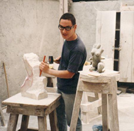 Nel 1997 si trasferisce a Pietrasanta, dove conclude la sua formazione lavorando presso diversi laboratori