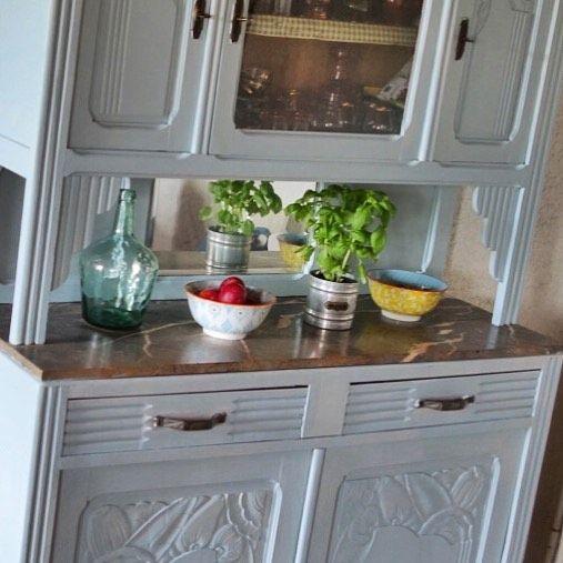 Work in progress sur le vieux buffet sombre de ma grand mère en Charente maritime : y penser hésiter reculer réfléchir se lancer ! Utiliser des peintures de récup meme si le sol  et le marbre sont rose ça passe je crois et c est plus de lumière dans la pièce  à finaliser #viedemeuble #viedemeubleenvacances #brocante #recup #athome #home #homedecor #homesweethome #homedecoration #vintage #tuesdays #blue #peinture #relookingmeuble #summer #fun