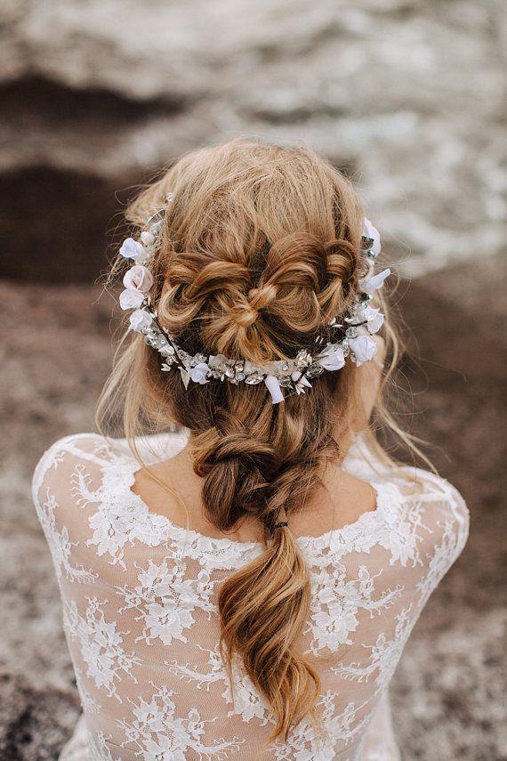 Kopfschmuck / Tiara für die Braut – filigran it weißen Blumen und kleinen Perlen. Zu finden auf Etsy.
