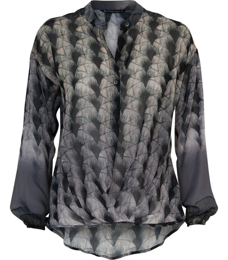 Vrouwelijke en flatterende top voorzien van een rijke verenprint in grijze, zwarte en lichte tinten. De top straalt één en al luxe uit en valt sierlijk langs het lichaam. Draag in combinatie met jeans voor een casual chique ensemble.