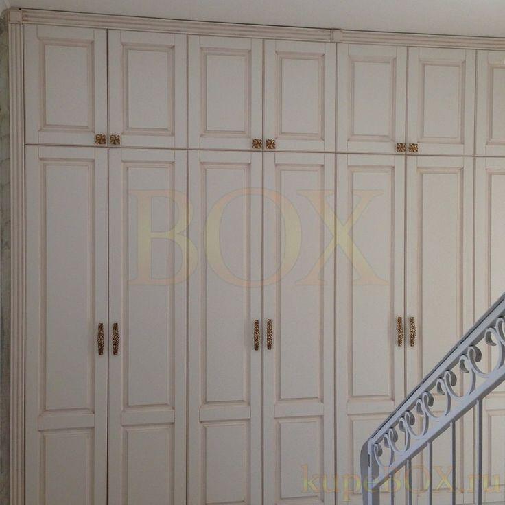 Распашной шкаф для прихожей в классическом стиле