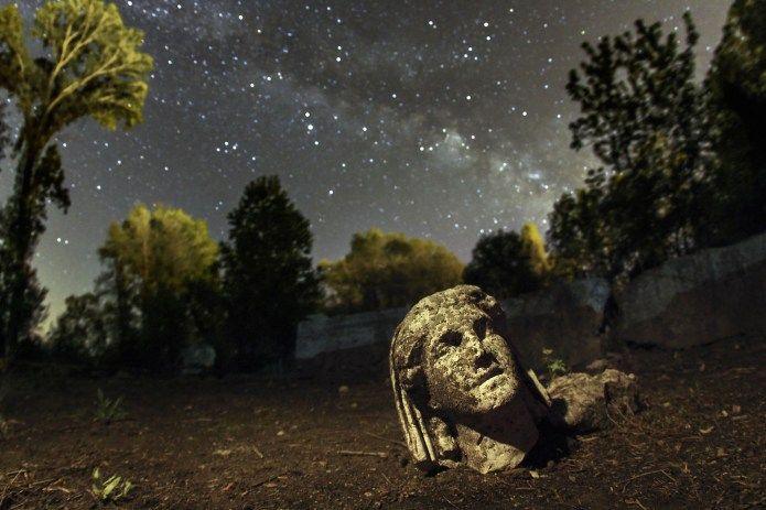 ΔΙΟΝ...Για να φωτογραφίσει το άγαλμα με φόντο τον Γαλαξία ο Λουκάς χρειάστηκε να σκάψει μια μικρή λακκούβα για να τοποθετήσει την κάμερά του όσο πιο χαμηλά γινόταν.