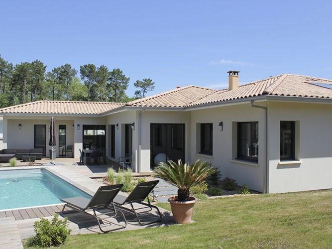 Une belle villa igc aux lignes pur es grand jardin avec for Belle architecture villa