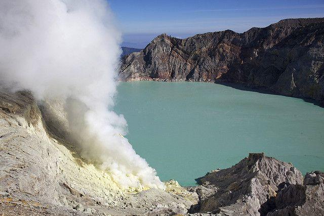 El cráter del volcán Ijen mide casi un kilómetro de ancho y alberga un lago de aguas increiblemente bellas, donde resaltan sus intensos tonos turquesa y aguamarina. Se trata del lago #Kawah #Ijen, ubicado en en la provincia de Java Oriental, #Indonesia. Tan famoso por su belleza como por su mortal toxicidad, la extrema acidez de sus aguas es producto del ácido sulfúrico que emana del volcán y la intensa actividad de sus fumarolas, que emiten gases y vapores tóxicos en el entorno del lago.