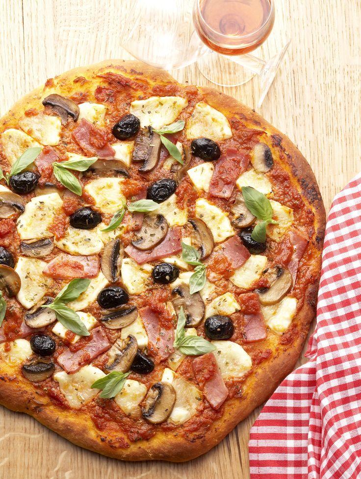 Recette Pizza Regina : Pelez les tomates après les avoir ébouillantées pendant 10 secondes, enlevez les graines et hachez-les. Coupez la mozzarella en quatre puis en lamelles de 1/2 cm ; laissez-les s'égoutter séparément sur plusieurs épaisseurs de papier absorbant. Allumez le four à 240°...