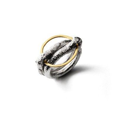 Twee massieve grof bewerkte basisringen geven een derde geelgouden ring (+/- 20 mm) op ingenieuze wijze houvast en toch mag deze vrij bewegen! from the jewellery label JUWEELTJES