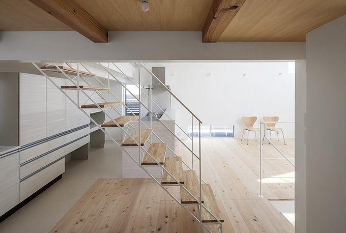 ダイニングスペースとキッチンを緩やかに分ける階段