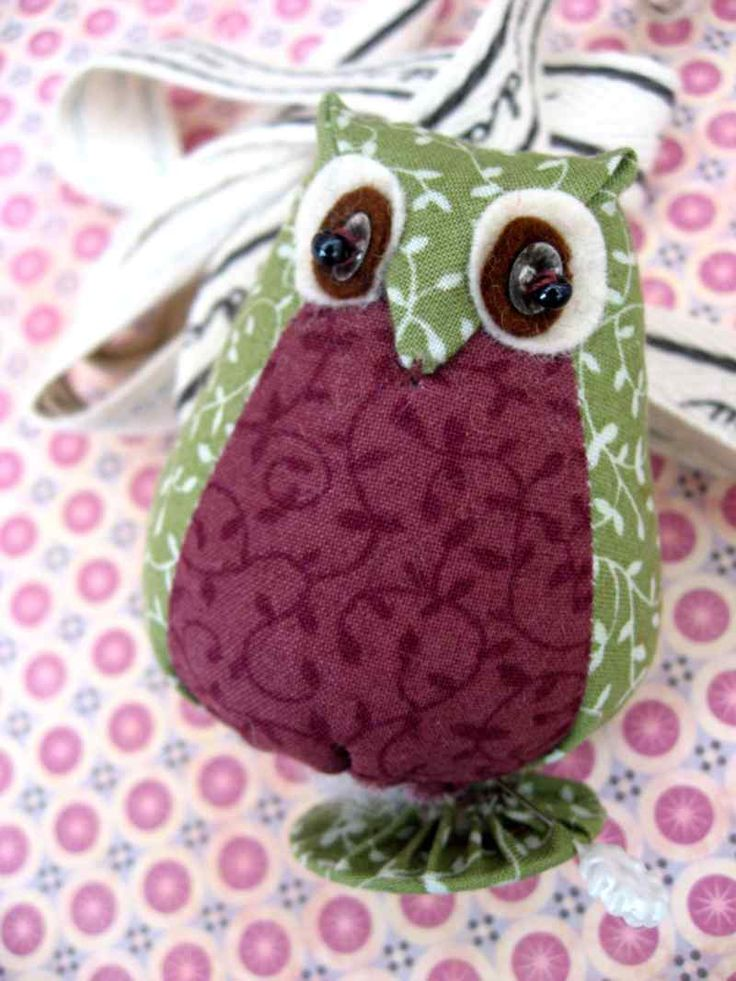 Just how cute are these little owls!........A friend had something similar ( she wouldn't let me take it to pieces so I had to guess how the...