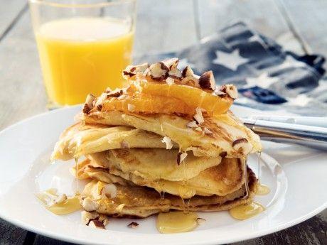 Amerikanska pannkakor - bästa receptet. Pösiga fluffiga pannkakor är supergott till frukost. Amerikanska pannkakor som de ska smaka - med apelsin lönnsirap, honung och nötter.