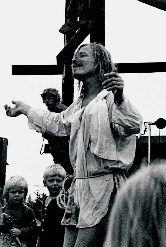 Provo-Knud danser på scenen i Thylejren, 1970.