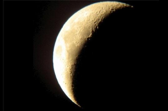 Du premier au dernier croissant  Lunaison La partie de Lune éclairée par le Soleil varie au cours des 29,5 jours d'un cycle, la lunaison, comme la portion éclairée de la face visible. Ce phénomène donne naissance aux fameux croissants. Les phases lunaires serventaux hommes à se repérer dans le temps.