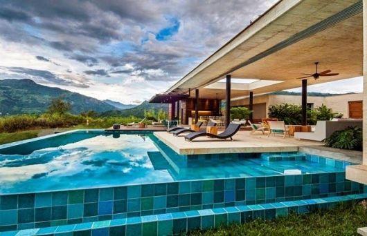 casa com piscina de azulejo