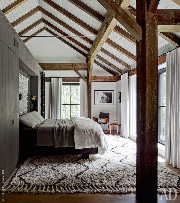 Спальня. Кровать сделана на заказ, остальная мебель винтажная. В изголовье кровати на стене висит макраме работы художницы Салли Ингланд. Фанерное кресло, onefortythree.