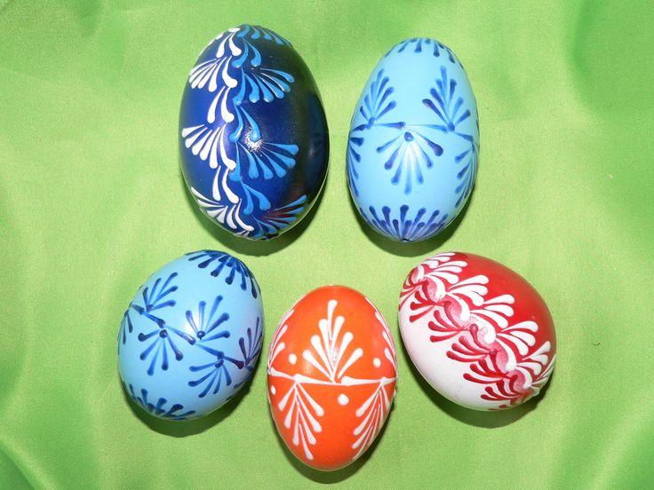 Velikonoční+kraslice+Vyfouklá+slepičí+vajíčka+zdobená+barevným+voskem.+Napište,+které+chcete+:-)+Horní+modro-černé+a+sv.modré+jsou+cca+4,5x6,5cm+a+4x6,5cm+Dolní+jsou+plus-mínus+4,5x5,5cm+Modro-černé+a+červeno-bílé+už+NEMÁM