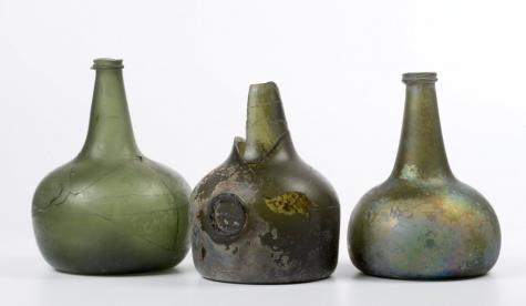 Wijnflessen uit de zeventiende eeuw, uit de beerput achter het Haagse huis (Lange Voorhout 8) van Maria Duyst van Voorhout.