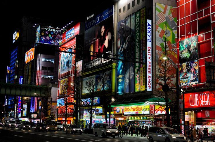 Akihabara es el barrio friki por excelencia. Donde el asfalto mojado refleja los neones de edificios de siete plantas de Sega o Tayto llenos a reventar de máquinas de videojuegos. Donde puedes encontrar Sex Shops del tamaño de centros comerciales llenos de instrumentos que harían sonrojar hasta Marilyn Manson (¡los dispensadores de bragas usadas existen!),...