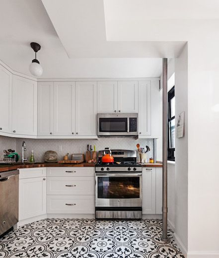 White Kitchen With Black And White Patterned Tile Floor Patterned Floor Tiles Patterned Kitchen Tiles White Tile Kitchen Floor