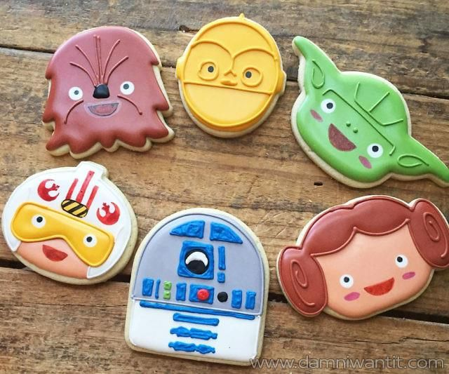 With this one of a kind star wars cookie cutter set, you can make some amazing cookies for your kids or star wars friends. No geek can refuse these cookies so it won't matter if your skills in the kitchen are still developing. This set includes 6 cutters: Yoda, Chewbacca, R2D2, C3PO, Princess Leia and Pilor Luke.