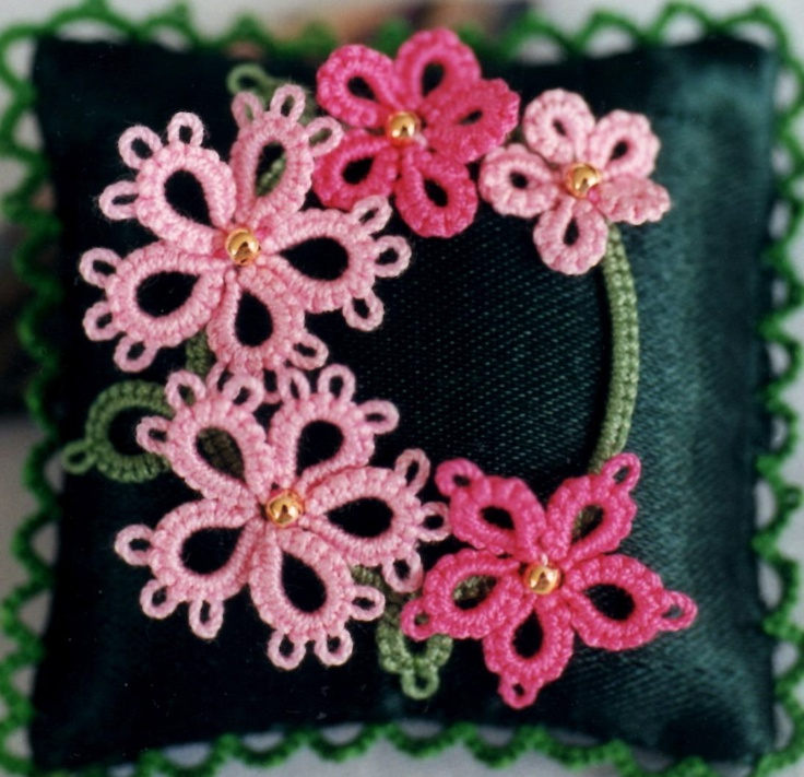Judith Connors' 3D design, Briana, using 3 shuttles, from 'Creative Tatting with beads, shuttle & needle/Tatting Adventures ... (USA)'