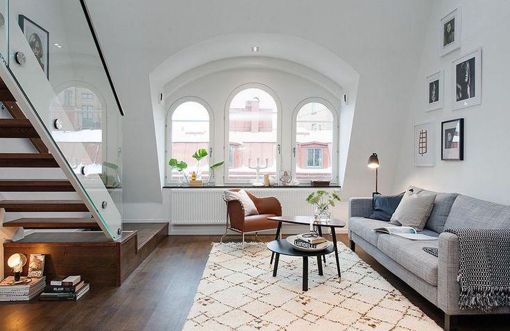 Dit appartement in hartje Stockholm maakt al je dromen waar. Het is ruim, heeft een prachtige houten vloer en klassieke boogramen. Laat je inspireren door dit Scandinavische design.