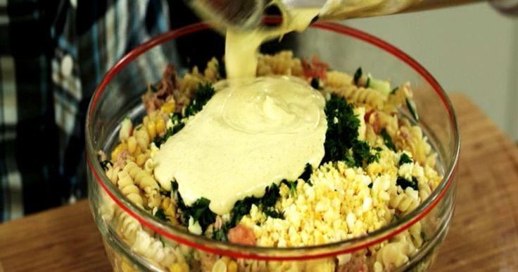 Deze koude pastasalade is een ode aan de vader van Jeroen. Hij heeft ze ontelbare keren klaargemaakt. Het gerecht roept bij Jeroen allerlei mooie jeugdherinneringen op. De combinatie van verse groenten, eitjes, een paar ingrediënten uit blik en een verse currymayonaise is zijn persoonlijke dagelijkse kost.extra materiaal:een pureestampereen staafmixer