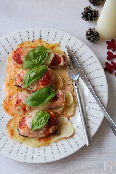 赤と白とグリーン。クリスマスカラーのオーブン焼きは、簡単だけど見た目も豪華。パーティーにもぴったりです。  じゃがいもとチーズ、鮭とトマト、バジルでクリスマスカラーのグリルです。