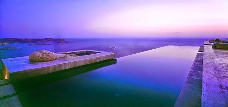 Summer House in Syros, Grecia. Cemento, pietra, calce e legno e naturalmente lo straordinario paesaggio sul mare sono i materiali protagonisti della casa.