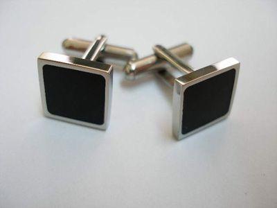 #Gemelos de Acero con Esmalte Negro | Joyas masculinas. Este sobrio diseño de Gemelos en  Acero inoxidable esta decorado con Esmalte negro en su parte central. Tienen forma cuadrada y los puedes combinar a la perfección con un look más informal así como con un atuendo de etiqueta. ¡Decídete ahora y podrás tener estos magníficos Gemelos para camisas en 24 horas!  Medidas: 1.3 cm x 1.3 cm.  Se envían con caja de presentación Gratis.