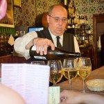 Sevilla meidenweekend - El Rinconcillo, ober schenkt een heerlijke wijn in - de aller beste wijn & tapastour door Sevilla