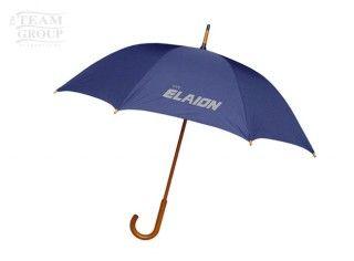 Paraguas azul de calle con mango de madera
