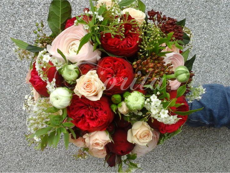 Kytice nevěsty z trsových a anglických růží, tavolníků, červené kaliny a pryskyřníků