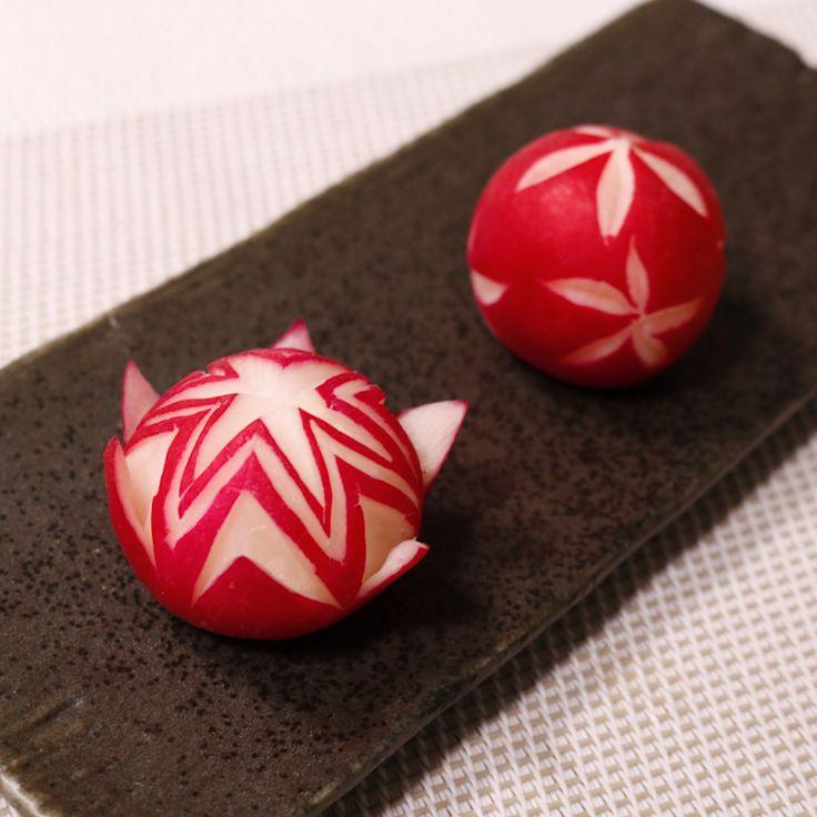 「ラディッシュの飾り切り2種」の作り方を簡単で分かりやすい料理動画で紹介しています。赤い皮と中の白い色の差がとても綺麗なラディッシュは飾り切りをすると本当に綺麗です。 ちょっと細かい作業になりますが、切り方を覚えてしまうとお弁当以外でも、サラダ等にも目を引くポイントになりますね。 ぜひ試してみて下さい。