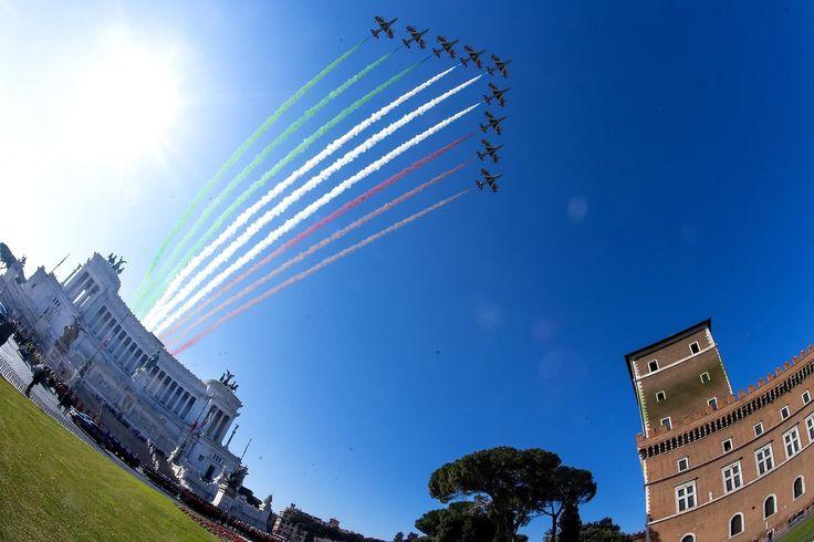 """ANIVERSARIO DE LA UNIDAD ITALIANA. El escuadrón acrobático Frecce Tricolori dibuja la bandera italiana en el cielo sobre el Monumento a Vittorio Emanuele II, también conocido como """"El altar de la Patria"""" en el marco de las celebraciones por el..."""