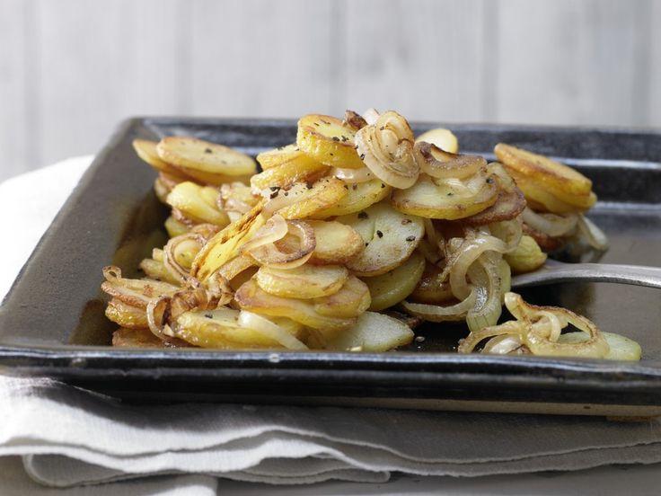 Жареная картошка — это настоящеехрустящиеискушение с удивительно низким содержанием калорий. Немного терпения, большая сковорода — вот основные условия для приготовления вкусного жареного картофеля, от которого не поправляются. Для приготовления достаточно по1 чайной ложке растительного и сливочного масла. Лук придаёт блюдуеще большего аромата и свежести. При желании горячую картошку можно посыпать мелкой нарезанной зеленью укропа, петрушки […]