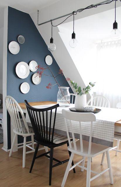Wangestaltung im Esszimmer: Weiße Teller an dunkelblauer Wand  #Esszimmer #Wandgestaltung #blau