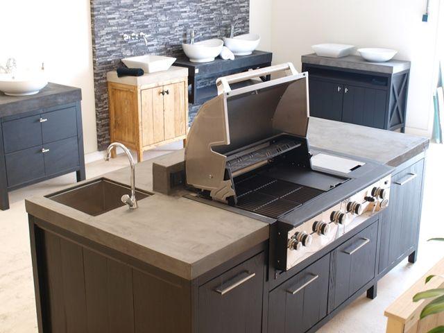 WOOD4 ontwierp en bouwde deze buitenkeuken als kookeiland. De koelkast, Boretti bbq en spoelbak maken de buitenkeuken compleet en luxe. Kortom een geweldige outdoor kitchen!