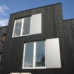 Moderne luiken op een modern pand, staat super chique! Ze kunnen voor je raam geschoven worden, donker zodat je lekker slaapt. De zon en dus ook de warmte blijft buiten, zalig toch?