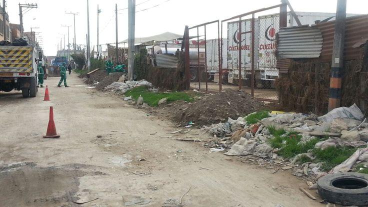 Así trabaja Aguas de Bogotá SA ESP en la calle 17 con carrera 137A donde adelanta un operativo de limpieza.