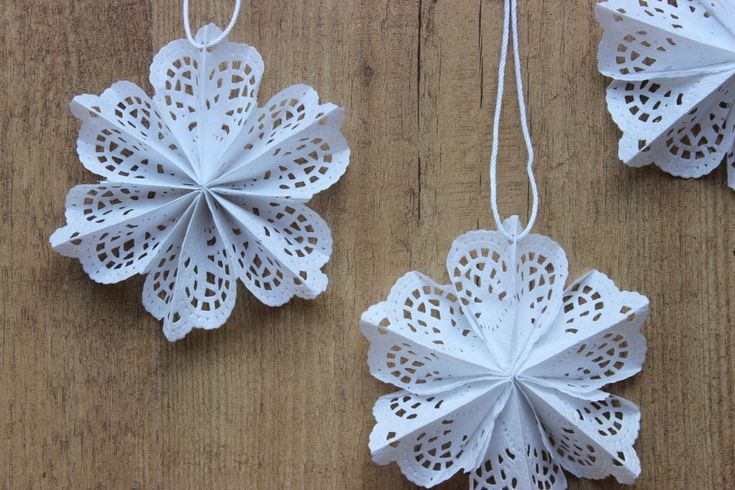 super cute paper doily snowflakes stars christmas pinterest snowflakes paper and doilies. Black Bedroom Furniture Sets. Home Design Ideas